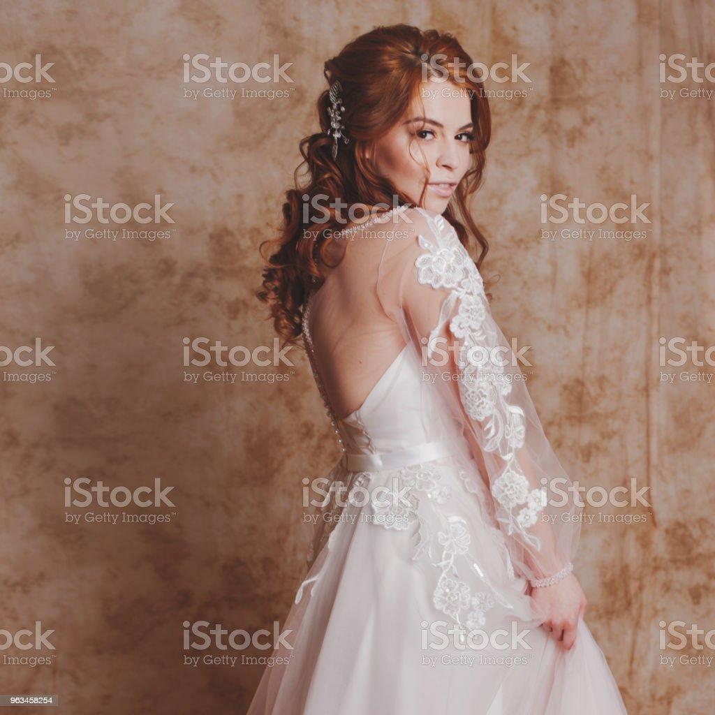 Güzel ve romantik gelin gelinlik uzun kollu. Gelinlik genç Kızıl saçlı kadın - Royalty-free Bayan elbisesi Stok görsel