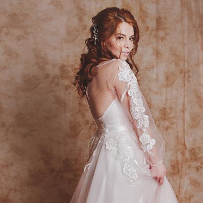 Güzel Ve Romantik Gelin Gelinlik Uzun Kollu Gelinlik Genç Kızıl Saçlı Kadın Stok Fotoğraflar & Bayan elbisesi'nin Daha Fazla Resimleri