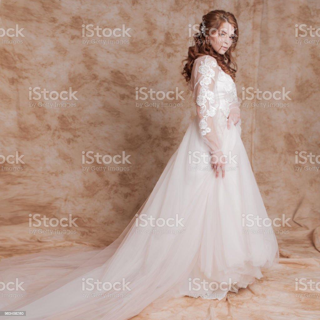 Hermosa y romántica novia en vestido de novia con mangas largas. Joven pelirroja en vestido de novia - Foto de stock de Adulto libre de derechos