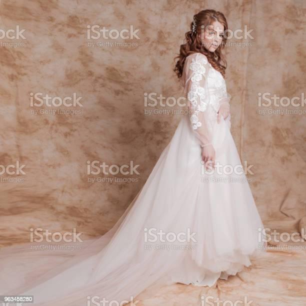 Hermosa Y Romántica Novia En Vestido De Novia Con Mangas Largas Joven Pelirroja En Vestido De Novia Foto de stock y más banco de imágenes de Adulto