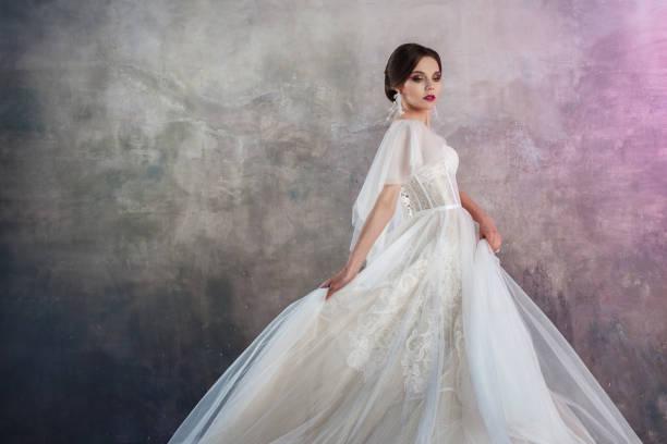Novia bella y elegante en vestidos de novia en estudio - foto de stock