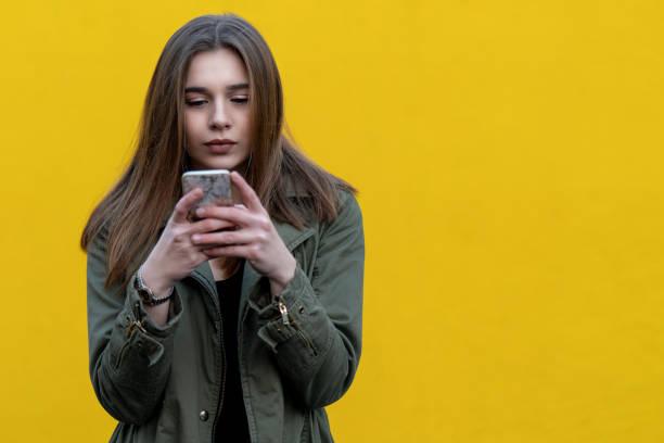 schöne und junge Frau ist auf der Straße telefonieren. – Foto