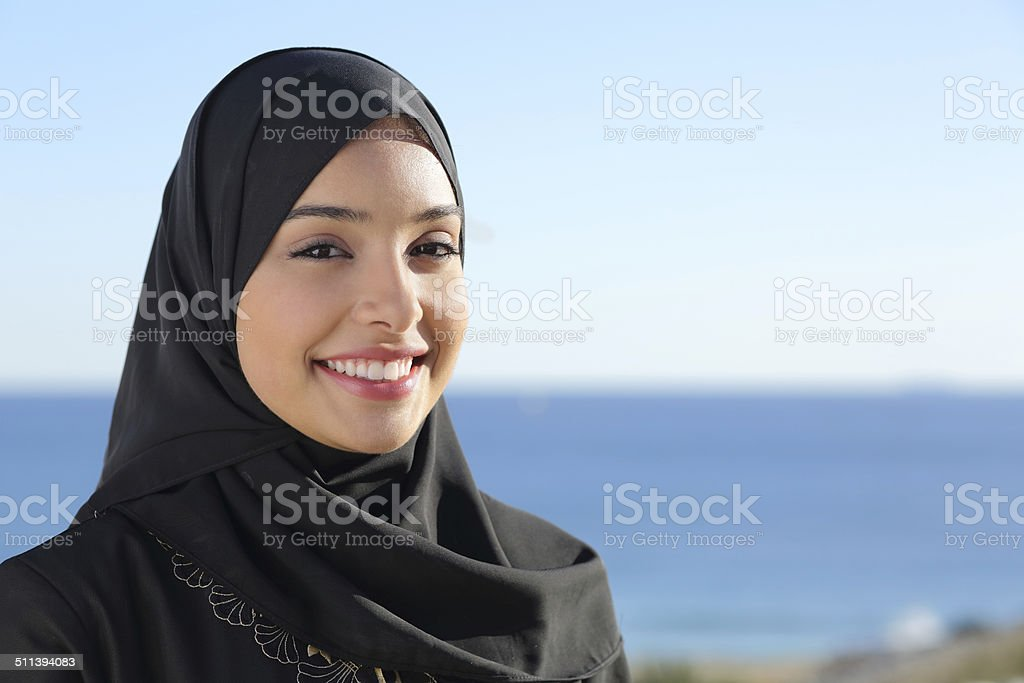 Beautiful arab saudi woman face posing on the beach stok fotoğrafı