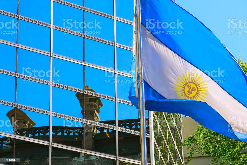 Foto de Bela Bandeira Argentina Com Mastro Acenando No Céu