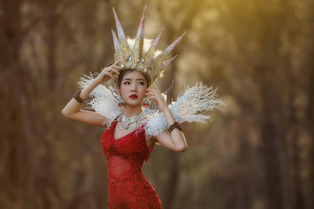 schöne asiatische mädchen - prinzenkrone stock-fotos und bilder