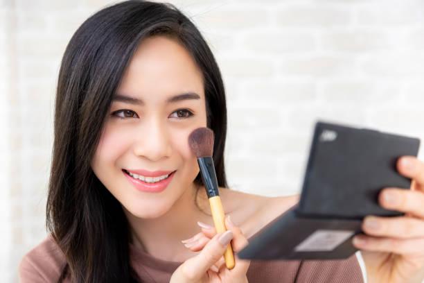 schöne asiatische frau beauty blogger tun kosmetik make-up tutorial - gesicht make up anleitungen stock-fotos und bilder