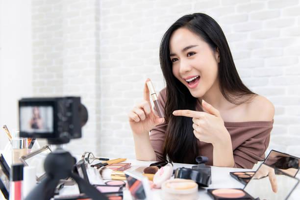 美麗的亞洲女子美容 vlogger 錄音化妝教程 - influencer 個照片及圖片檔