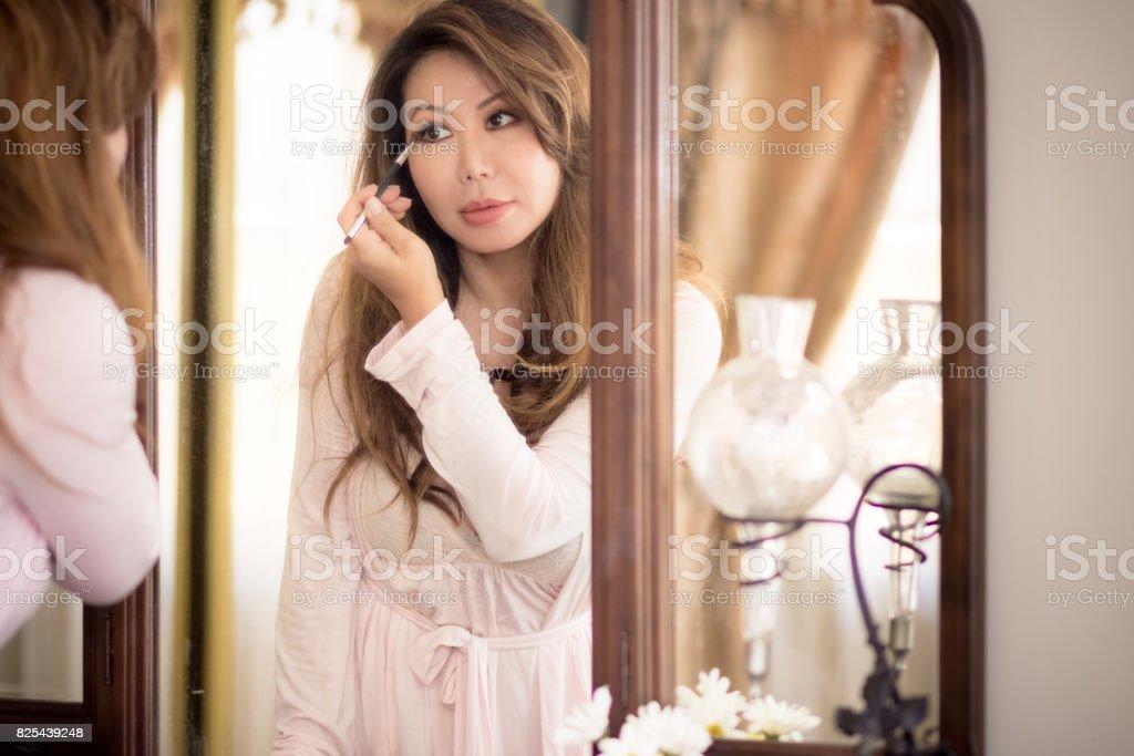 Schöne Asiatische Frau In Antiken Spiegel Auge Schminken Lizenzfreies  Stock Foto