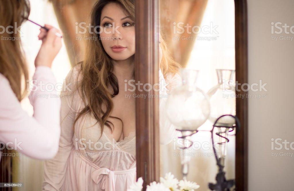 Schone Asiatische Frau In Antiken Spiegel Auge Schminken Stock