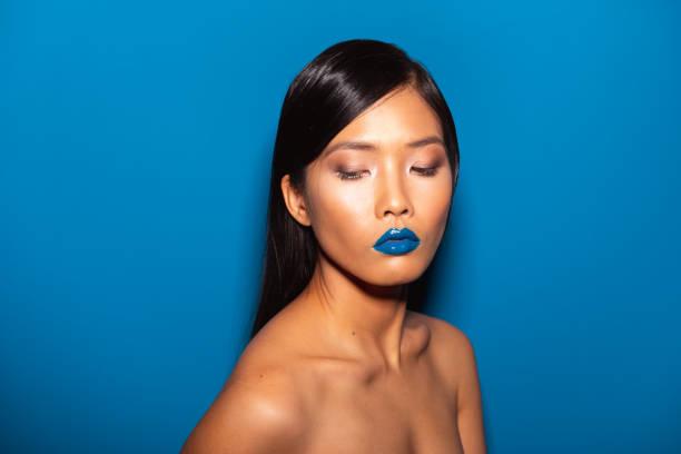 schöne asiatische frau - blaues augen make up stock-fotos und bilder