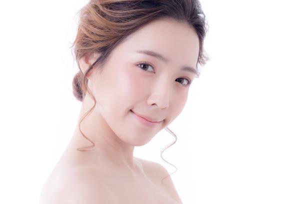 Schöne asiatische Frau Portrait. Schöne Frau, die auf Kamera. Koreanerin, ihr Gesicht zu berühren. Menschen mit Jugend und Skin Care Concept. isoliert auf weißem Hintergrund. – Foto