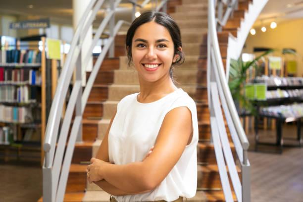 Schöne asiatische Frau posiert in der Bibliothek – Foto