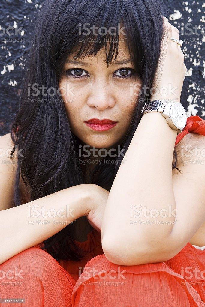 Hermosa mujer asiática posando en vestido rojo - Foto de stock de Adulto libre de derechos
