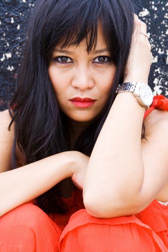 Hermosa Mujer Asiática Posando En Vestido Rojo Foto de stock y más banco de imágenes de Adulto