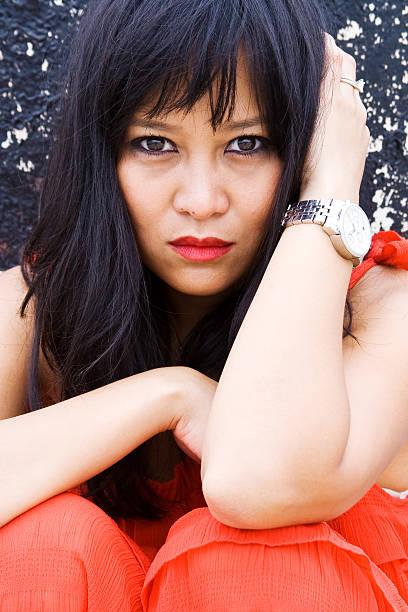 Hermosa mujer asiática posando en vestido rojo - foto de stock