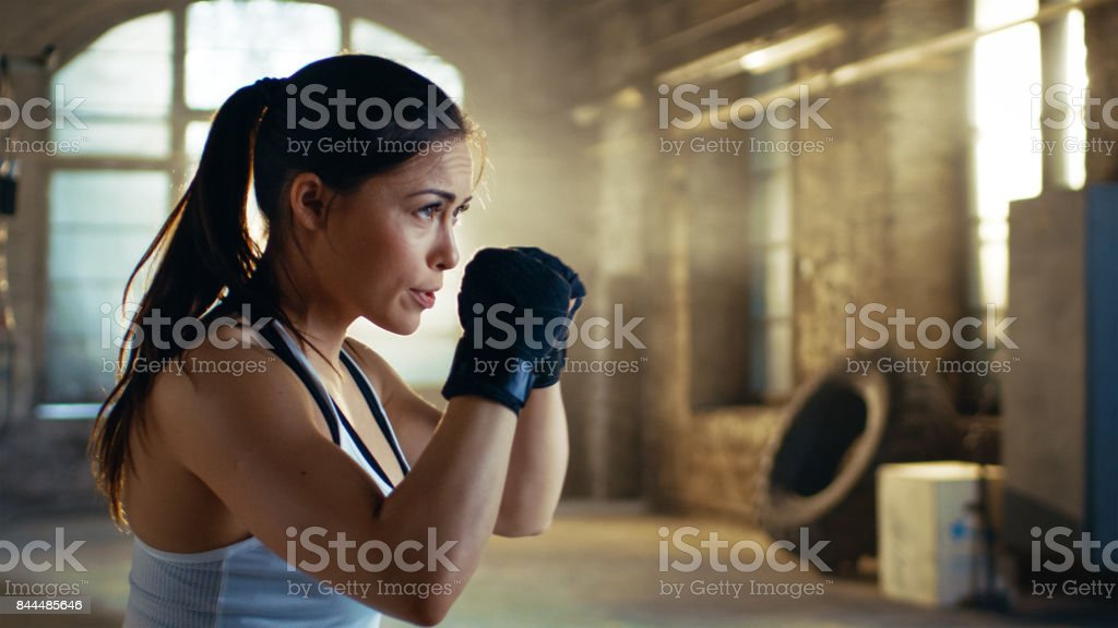 Beautiful Athletic Woman holds her Arms Ready for Defending Herself. It is a Part of Her Intensive Cross Fitness Gym Training. - Foto stock royalty-free di Abbigliamento sportivo