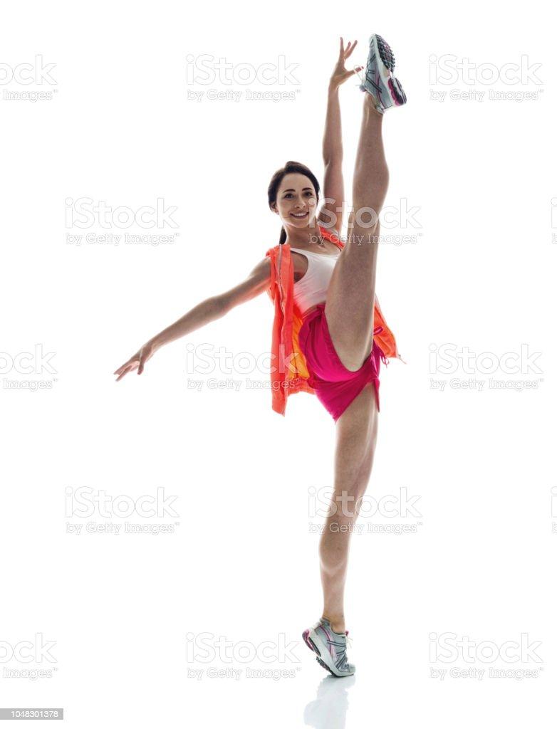 Schöne sportliche Frau mit Bein hoch aufgewirbelt – Foto
