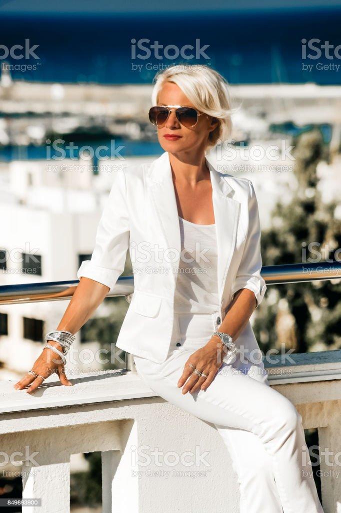 3b0c97f8b Mujer de negocios Rubio atractivo hermoso traje blanco foto de stock libre  de derechos