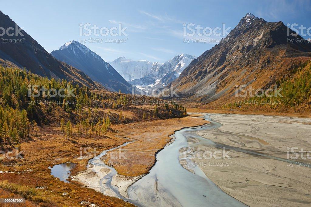 Vackert höstlandskap, Altajbergen Ryssland. - Royaltyfri Altai Nature Reserve Bildbanksbilder