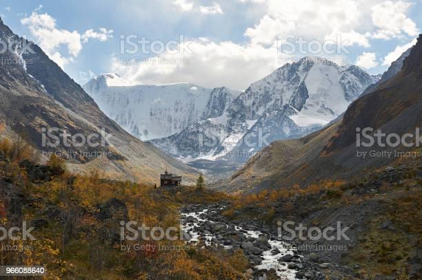 Beautiful Autumn Landscape Altai Mountains Russia - Fotografias de stock e mais imagens de Amarelo
