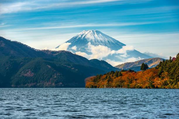 beautiful autumn scene of mountain fuji and lake ashinoko, hakone, japan, travel background - prefektura kanagawa zdjęcia i obrazy z banku zdjęć