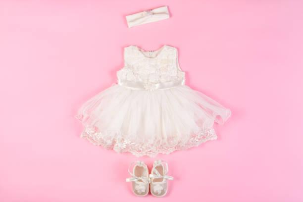 schöne baby kleid mit booties auf einem rosa - kleinkinder kleid häkeln stock-fotos und bilder