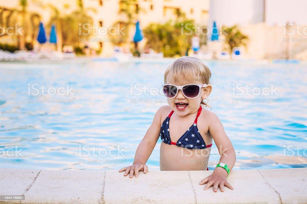 Foto de Lindo Bebê Feliz Sorrindo Na Piscina óculos De Sol e mais ... 295d374b5d
