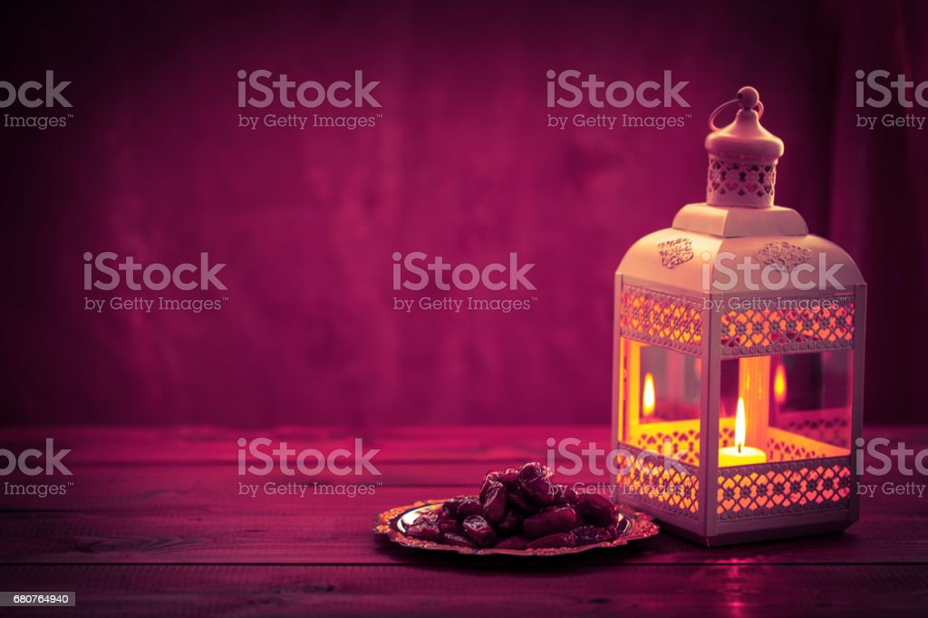 Beau fond avec une brillante lanterne de didi et dates séchées sur un plateau. La fête musulmane du mois sacré du Ramadan Kareem. Espace libre pour votre texte - Photo