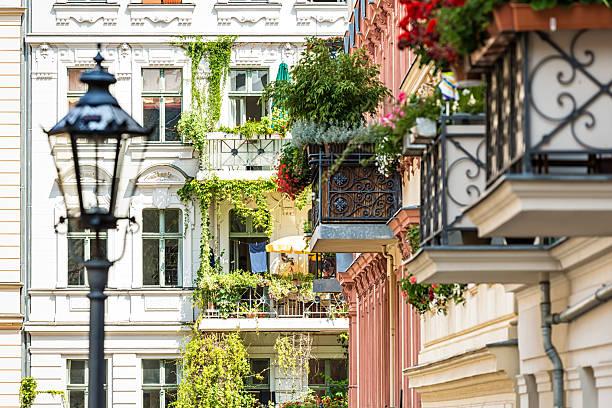schönen balkon in berlin - altbauten stock-fotos und bilder