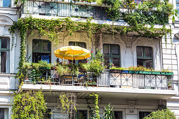 schönen balkon in berlin - kreuzberg stock-fotos und bilder