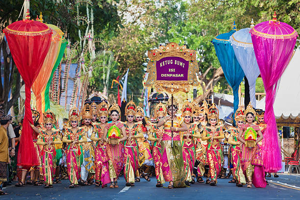 schöne balinesische personen gruppe in bunten sarongs auf parade - jugendweihe 2016 stock-fotos und bilder