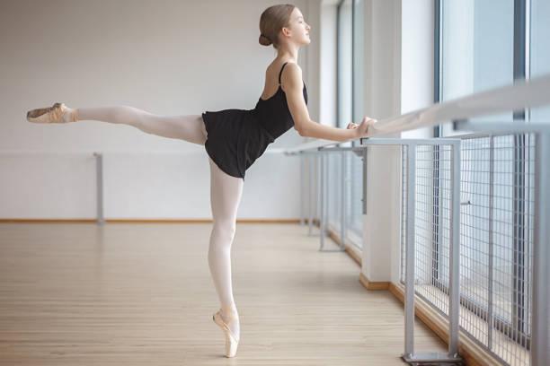 Schöne Ballerina steht in Ballettlage – Foto