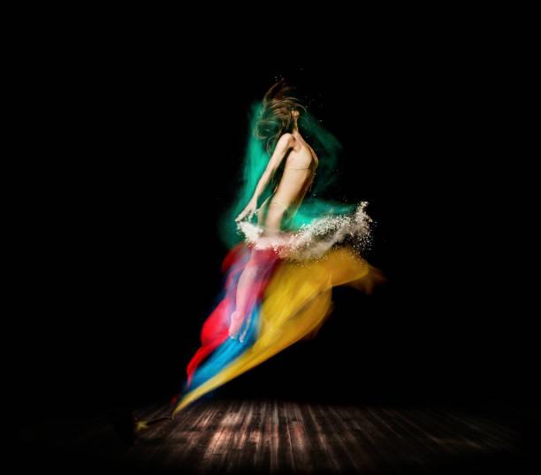 belle danseuse, apparaissent de lampe magique sur scène - or couleur photos et images de collection