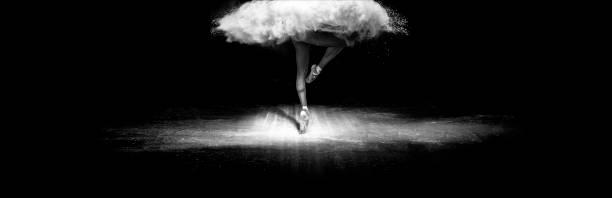 schöne ballett-tänzerin, mit puder auf der bühne tanzen - tanz make up stock-fotos und bilder