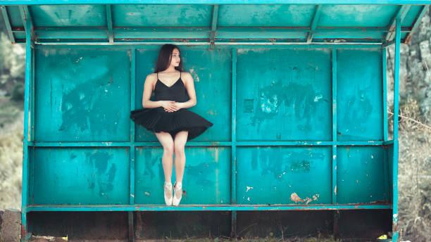 Schöne Balletttänzerin posiert im Freien – Foto