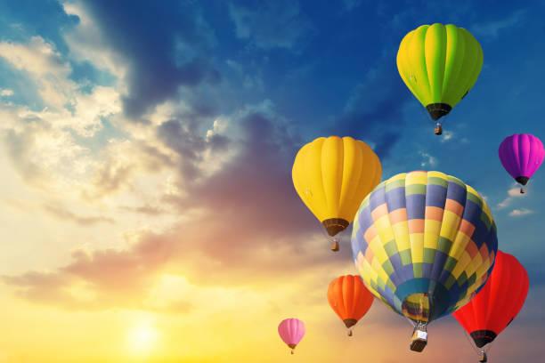beau ballon dans le ciel au coucher du soleil. - montgolfière photos et images de collection