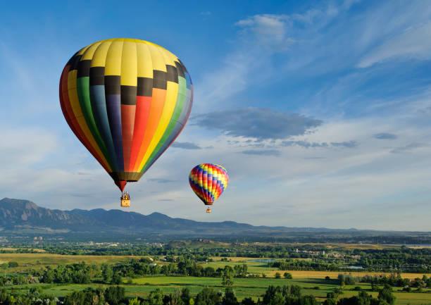 magnifique ballons - montgolfière photos et images de collection