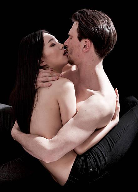 nakedmen-and-woman-kissing