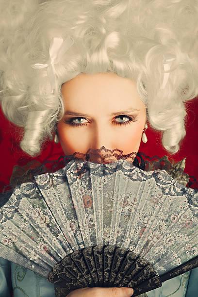 Bella donna Ritratto barocco con parrucca e della ventola - foto stock