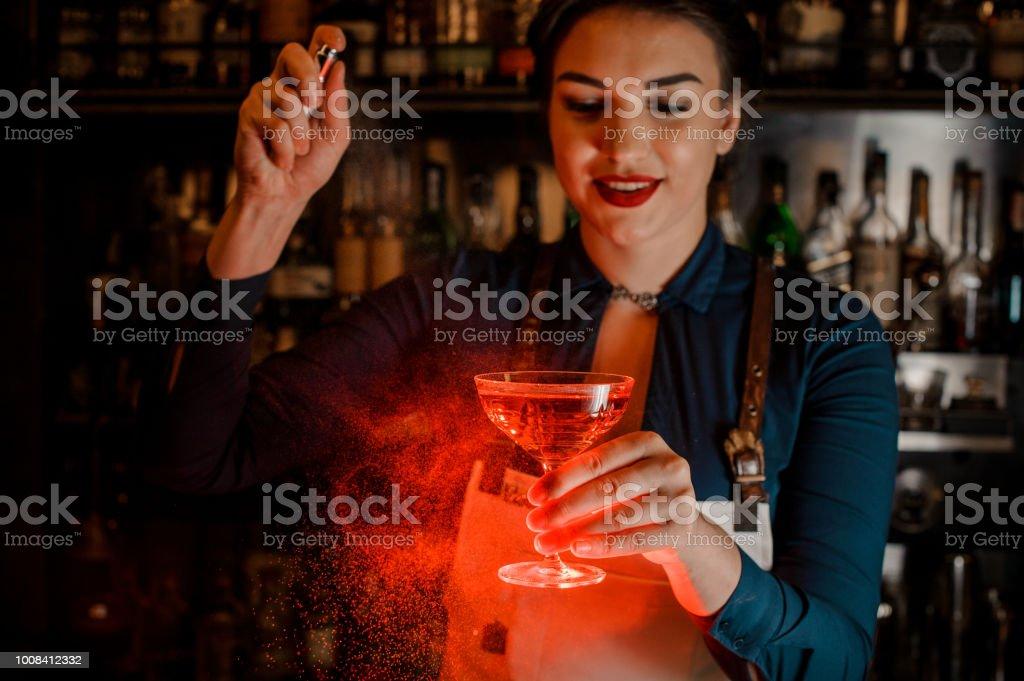 Schönen Barkeeper Mädchen spritzen auf die leckeren Cocktail in der hand – Foto