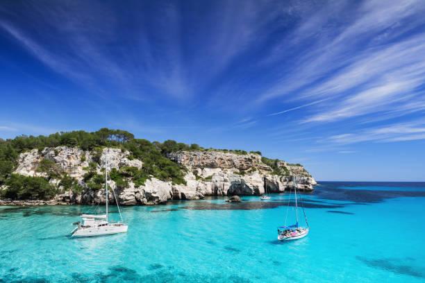 Magnifique baie dans la mer Méditerranée avec voiliers - Photo