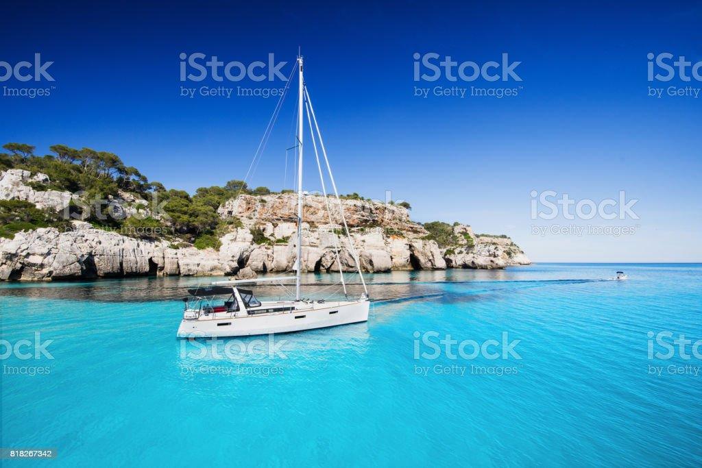 Hermosa bahía con velero - foto de stock