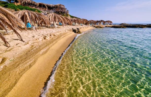 Schöne Strandlandschaft und felsige Küstenlandschaft in Griechenland – Foto