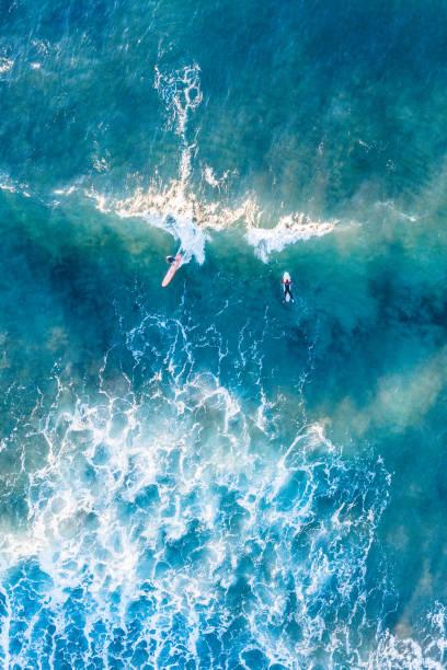 Schöner Strand, Küste und Bucht mit kristallklarem Meerwasser und Surfer von oben gesehen – Foto