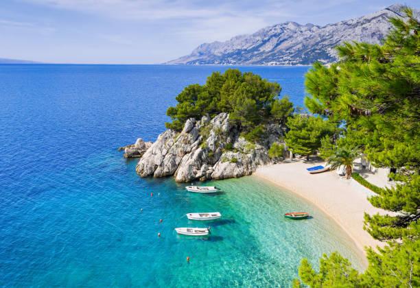 Beautiful beach, Mediterranean sea, Makarska riviera, Croatia Amazing beach near Brela town, Dalmatia, Croatia rocky coastline stock pictures, royalty-free photos & images