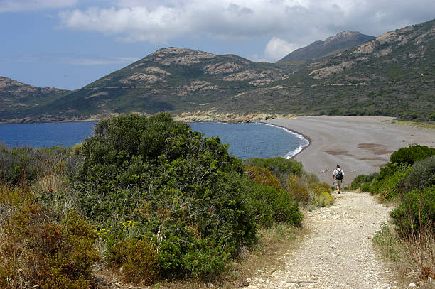 magnifique plage - randonnée corse photos et images de collection
