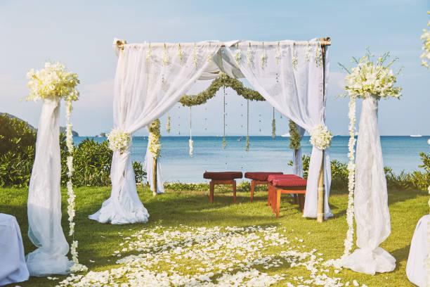 schöner strand hochzeit blume bogen rahmen für hochzeitsfeiern mit panorama meerblick - altar stock-fotos und bilder