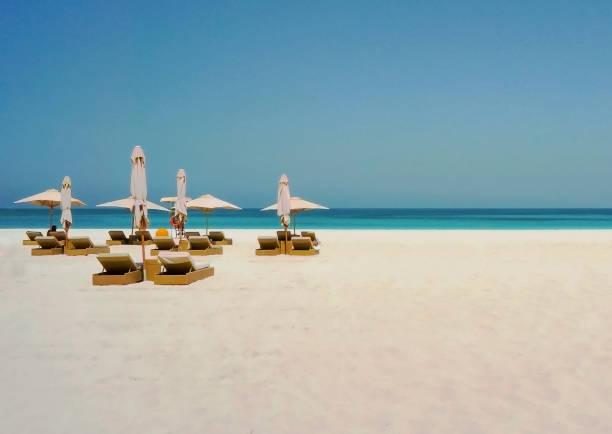 schöner strand mit einem sonnenschirm auf der küste des arabischen golfs. dubai - jumeirah stock-fotos und bilder