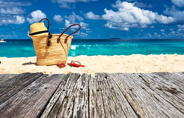 schöner strand mit tasche auf den seychellen - salzwasser sandalen stock-fotos und bilder