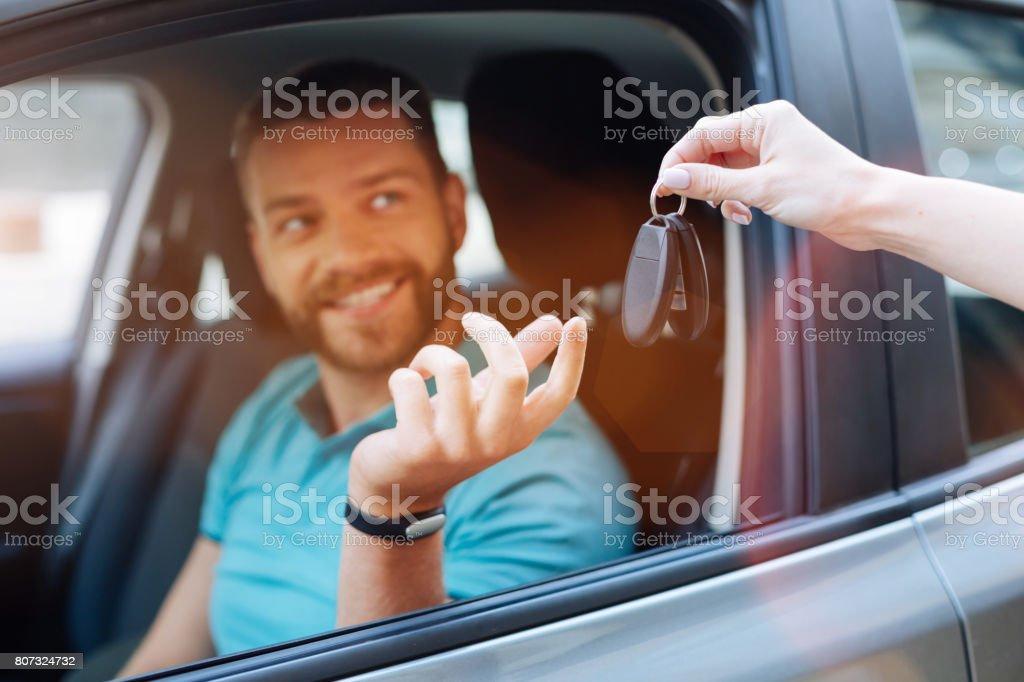 Schöne bärtiger Mann empfangen Autoschlüssel – Foto